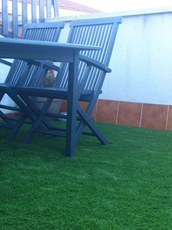 Nuestro cesped artificial barato instalado en una terraza