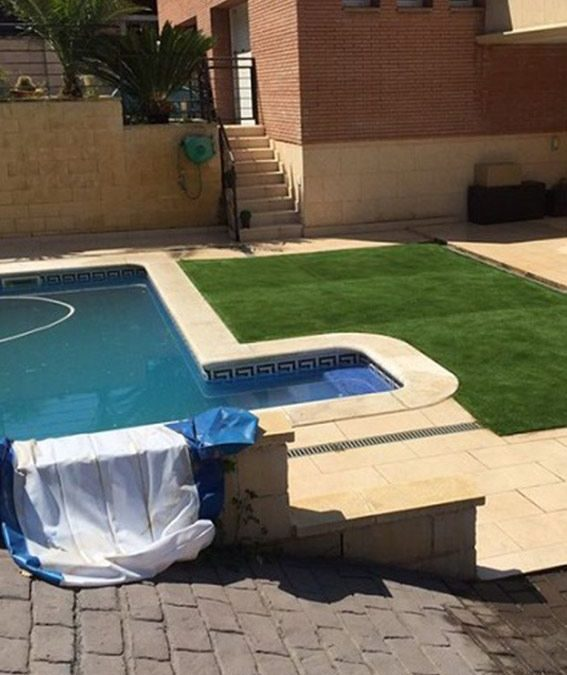 Nuestro cesped artificial v40 instalado en una piscina