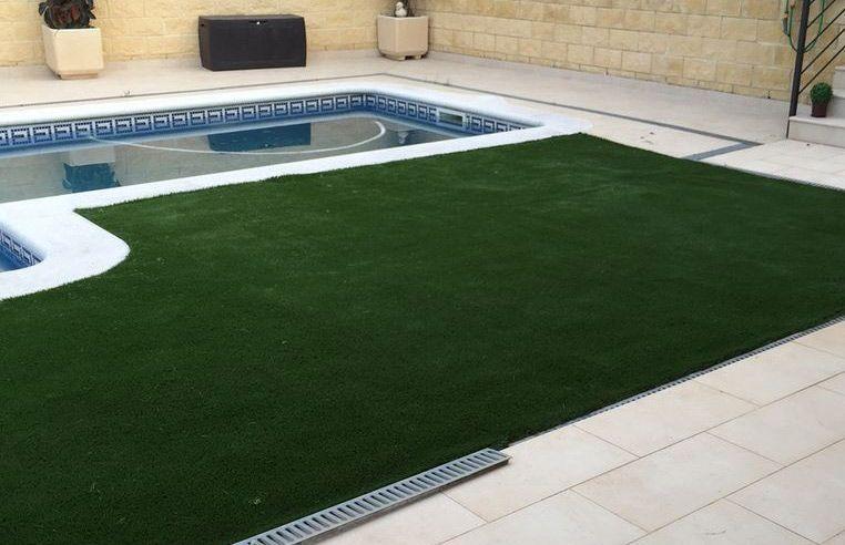 Nuestro cesped artificial v40 alrededor de una piscina