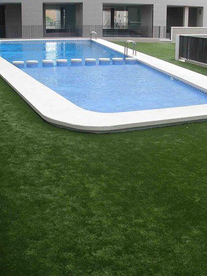 cesped artificial instalado en piscina comunitaria