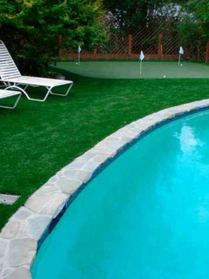 cesped artificial instalado en piscina en zona de descanso y de deporte