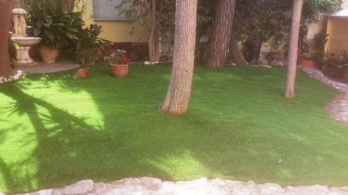 cesped artificial instalado en un jardin