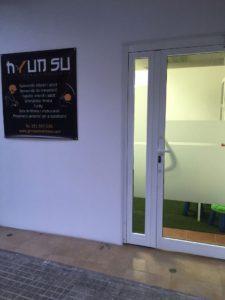 cesped artificial instalado en un gimnasio parte exterior