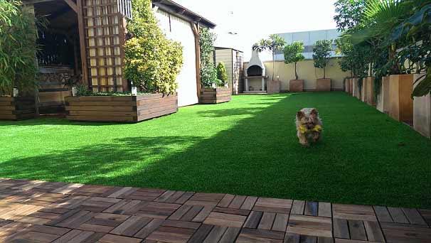 cesped artificial prado 30 instalado en un jardín