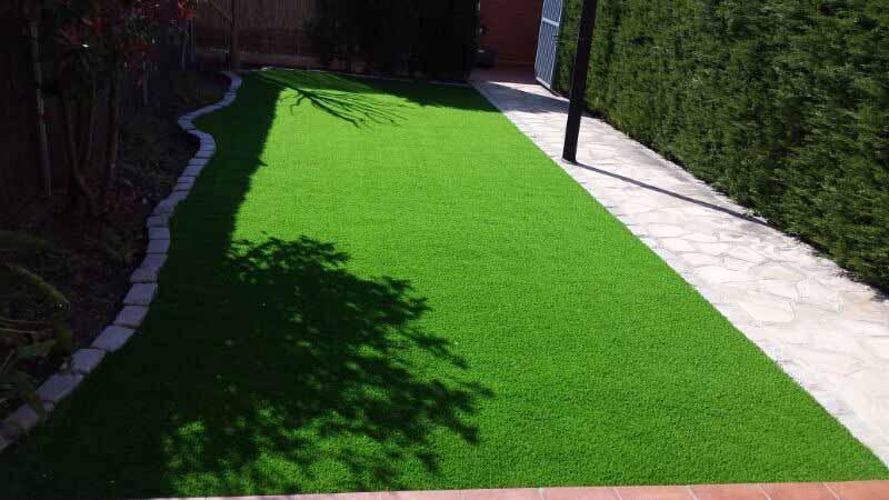 cesped artificial prado 40 instalado en un jardín