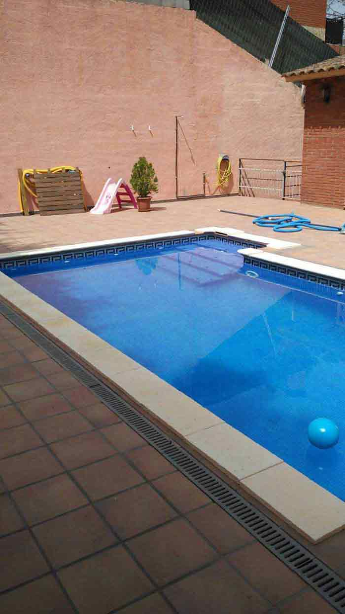 cesped en una piscina instalación cesped artificial V40