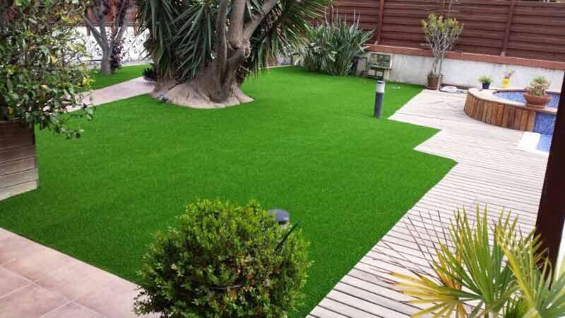 ejemplo instalación cesped artificial prado 30 junto a piscina y tarima
