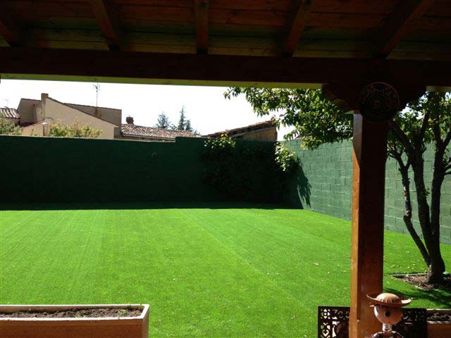 ejemplo instalación cesped artificial prado 40 en casa adosada