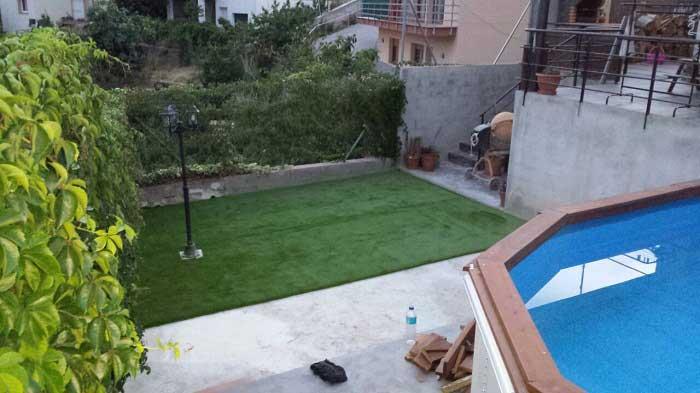 instalación cesped artificial V30 alrededor de una piscina