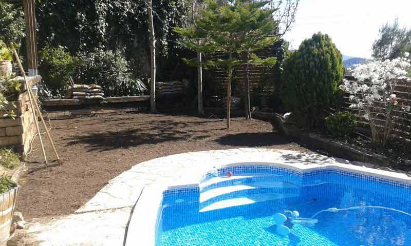 instalación cesped artificial V40 colocado alrededor de una piscina