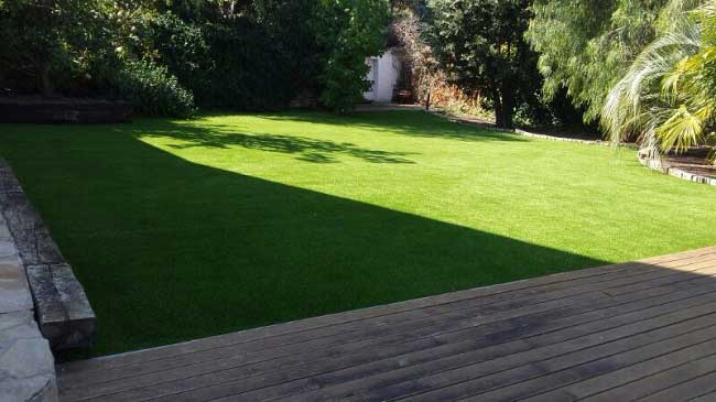 instalación cesped artificial W30 colocado en un jardín