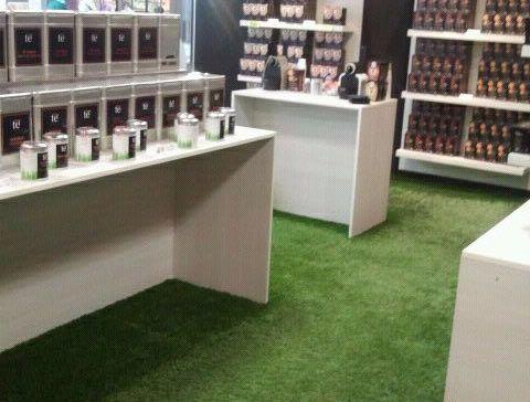 instalación cesped artificial decorative ejemplo tienda de té