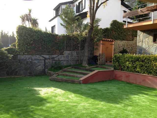 instalación cesped artificial lima 30 en el jardín de una casa
