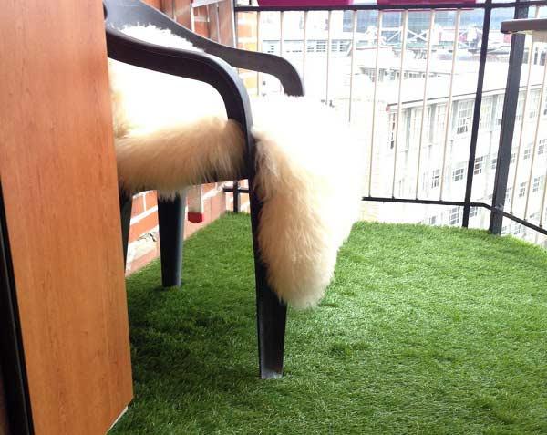 instalación cesped artificial supreme plus colocado en balcón