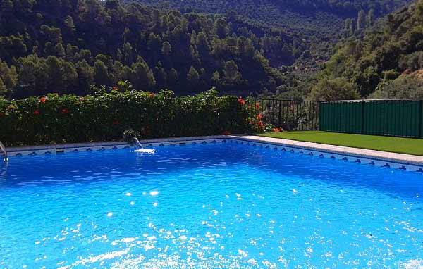 instalación cesped artificial ultra junto a una piscina