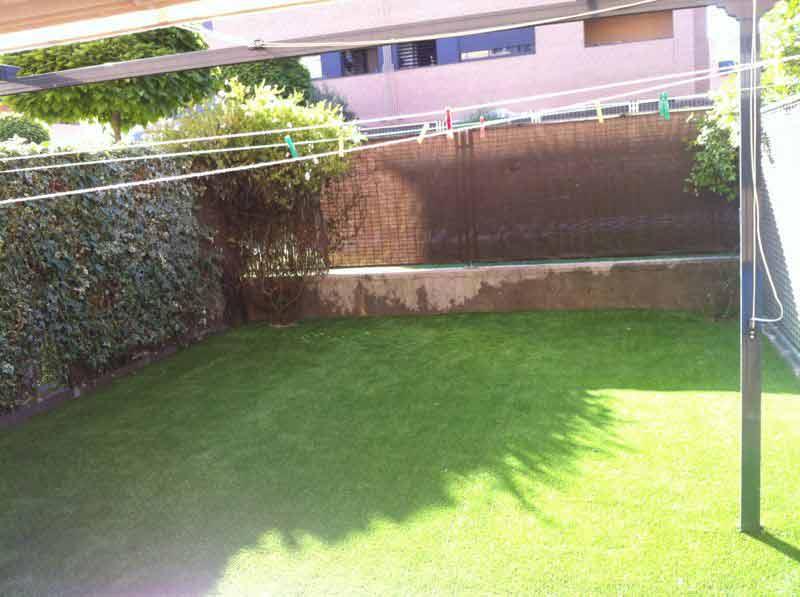 instalación cesped artificial decorative instalación en el jardín de una casa adosada