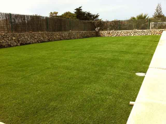 jardín amplio e instalación cesped artificial supreme eco