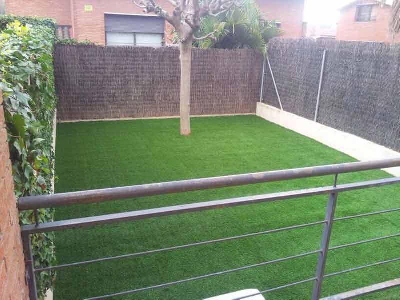 nuestra instalación cesped artificial elite en un jardín