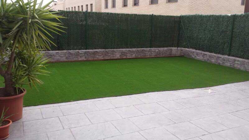 cesped artificial Barcelona instalación en un jardín
