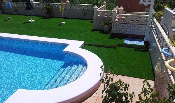 cesped artificial sevilla instalado en una piscina