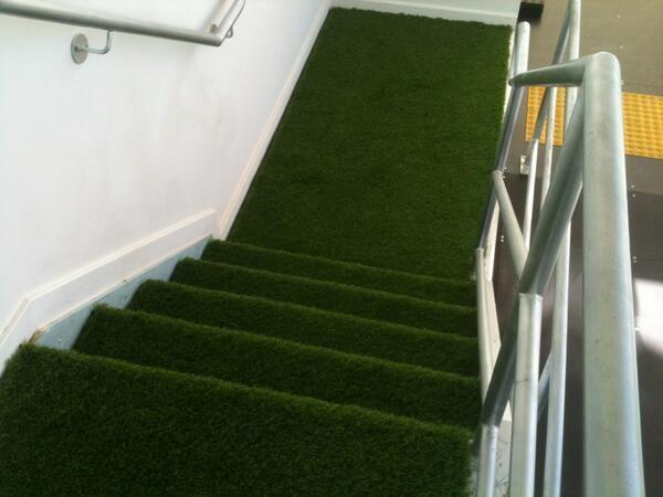 cesped artificial instalado en unas escaleras