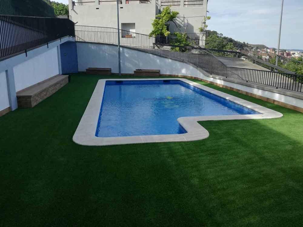 instalación cesped artificial soft colocado en una piscina