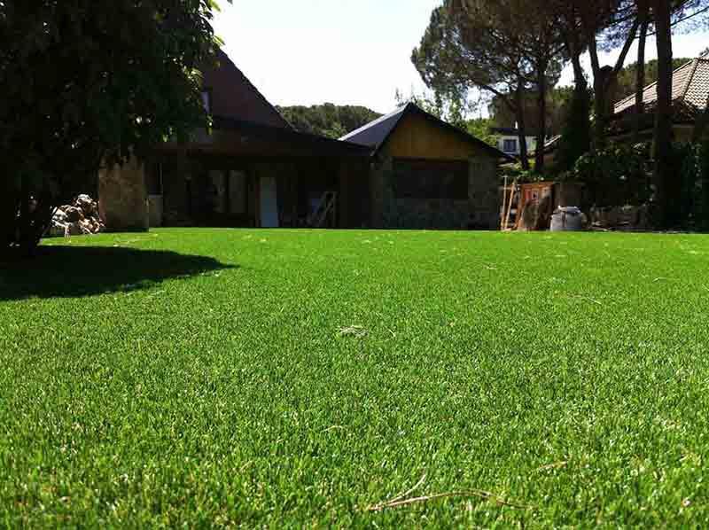 instalación cesped artificial soft ejemplo en un jardín