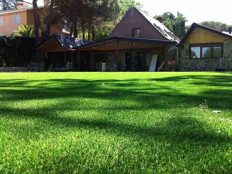 instalación cesped artificial soft en un amplio jardín