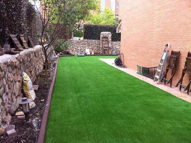 instalación cesped artificial soft en un patio exterior