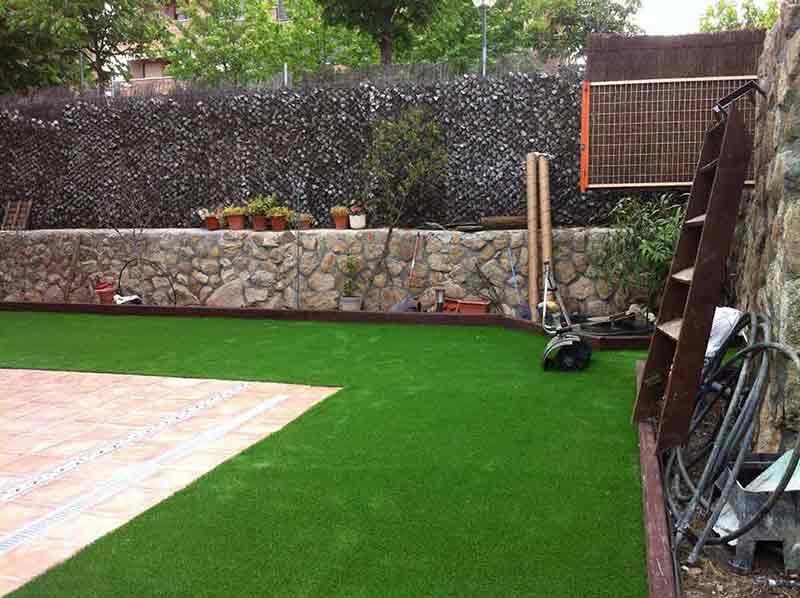instalación cesped artificial soft colocado en un patio