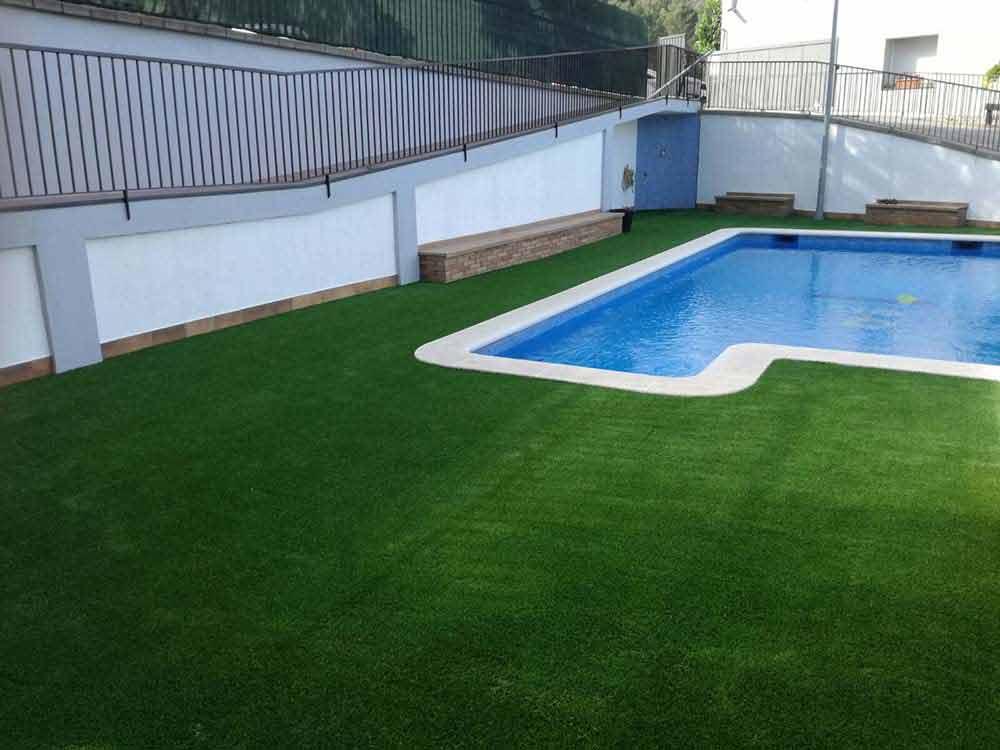 instalación cesped artificial soft y piscina