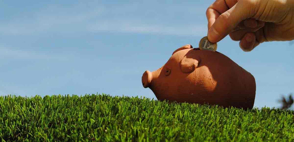 cómo ahorrar cesped artificial