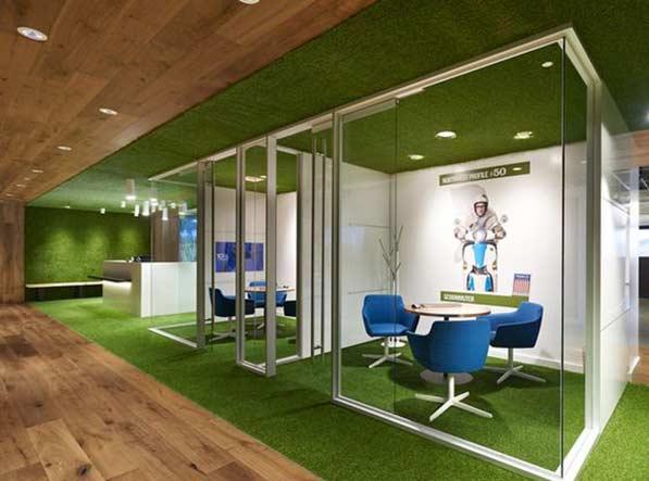 cesped artificial en interiores en oficina