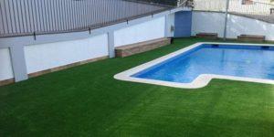 instalación cesped artificial soft alrededor de una piscina