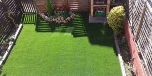 cesped artificial en un jardín