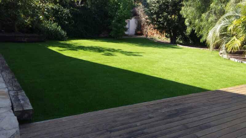 Cesped artificial para jardines ejemplos de for Cesped para jardin
