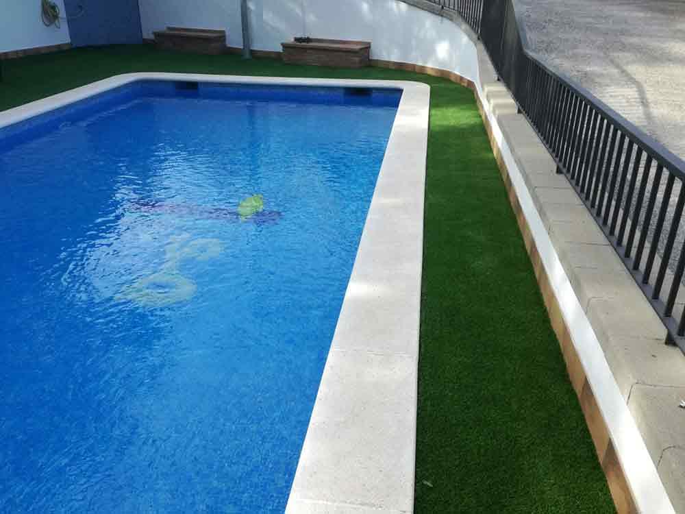Cesped artificial para piscinas modelo soft instalado en for Instalar piscina precios