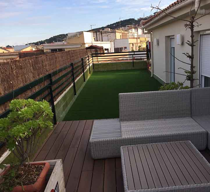 una instalación de cesped artificial para terrazas